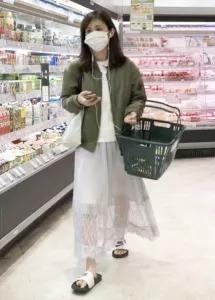 買い物をする久慈暁子