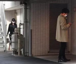 裏口からマンションに入る久慈暁子と原樹理