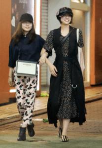 彼女と噂の佐久間由衣と有村架純との腕組み写真