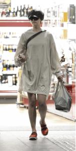 買い物袋を持つ佐久間由衣の写真