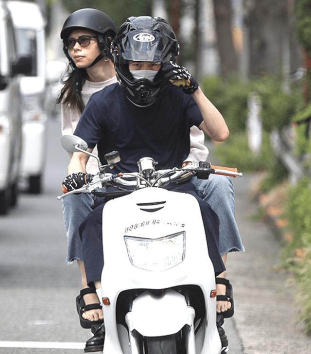 三宅健とプリシラがスクーターに乗る写真